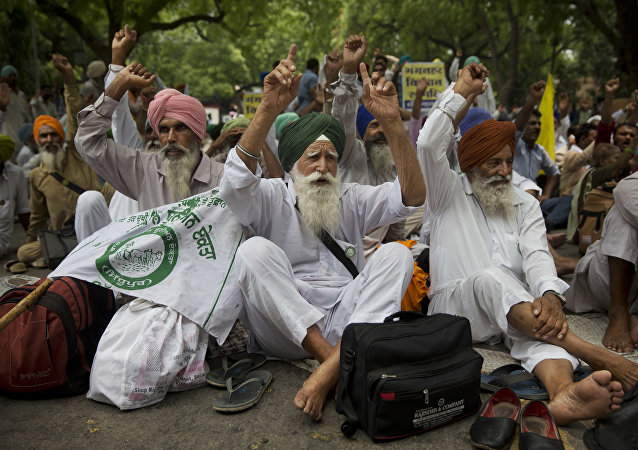 Indian famers shout slogans during a protest (File)
