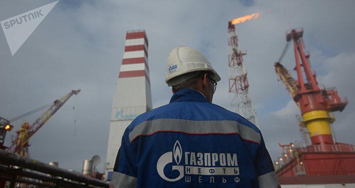 Gazprom-Mitarbeiter an einem Gas- und Öllager (Archivbild)