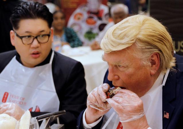 Актеры, играющие роли Дональда Трампа и Ким Чен Ына во время еды в Сингапуре
