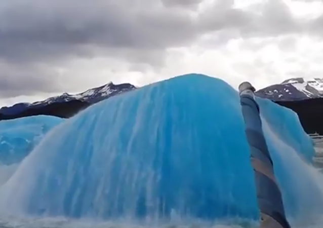 Iceberg Explodes With Water and Ice in Patagonia, 2018