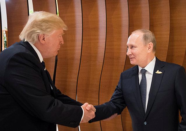 US-Präsident Donald Trump (L) und Russlands Präsident Wladimir Putin (R) während G20-Gipfel (Archivbild)