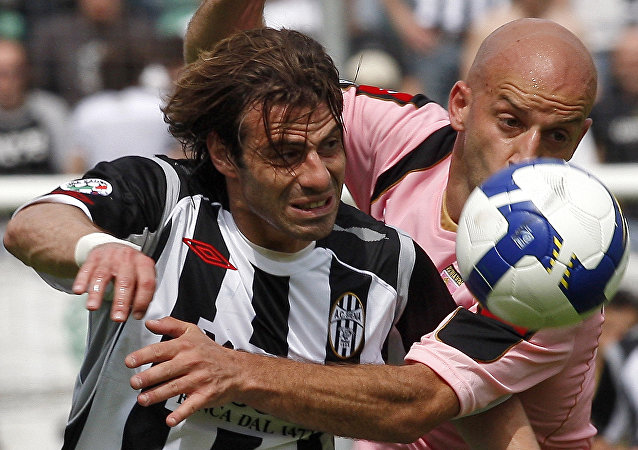 Siena's Emanuele Calaio', left, and Palermo's Giulio Migliaccio, right, vie for the ball during their Serie A soccer match at the Artemio Franchi stadium in Siena, Italy, Sunday, May 10, 2009
