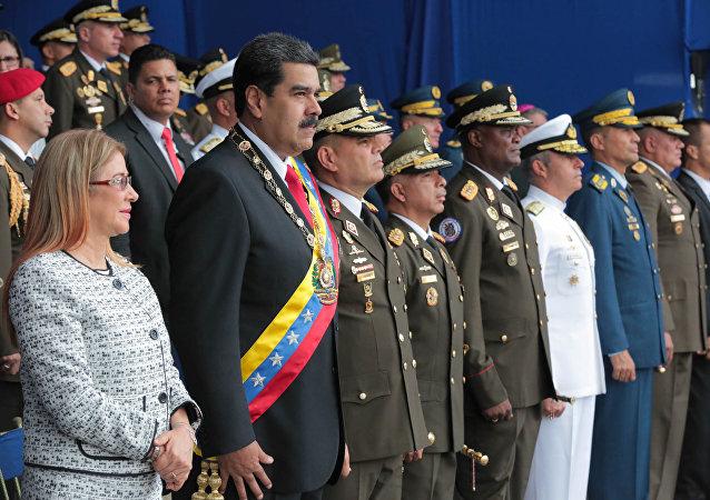 El presidente de Venezuela, Nicolás Maduro, y su esposa, Cilia Flores, asisten a un evento militar en Caracas, Venezuela, el 4 de agosto de 2018.