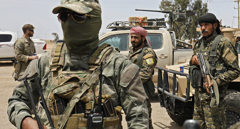 The Syrian Democratic Forces and US soldiers (L) gather at the al-Tanak oil field as they prepare to relaunch a military campaign against Daesh , near Abu Kamal, province of Deir Ezzor, eastern Syria on May 1, 2018