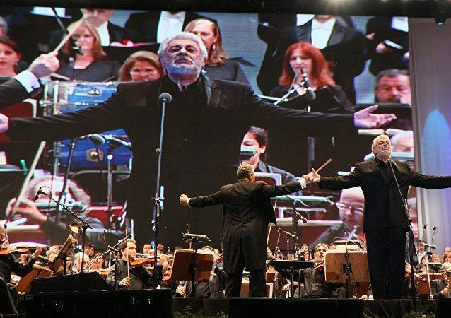 Plácido Domingo sings