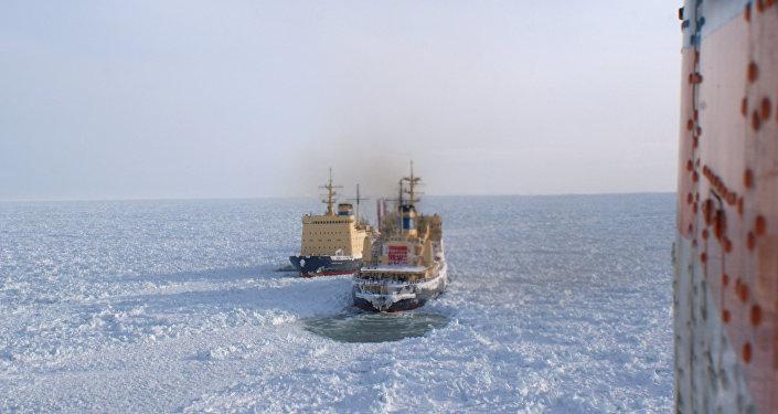 Спасатели надеются за 12 часов вывести из плена плавбазу Содружество