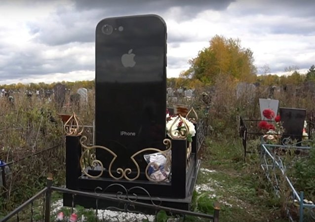 iTomb: Russian Woman Buried Under iPhone-Shaped Headstone