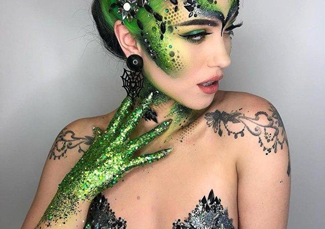 Alien/Snake vibes on @enchantressity