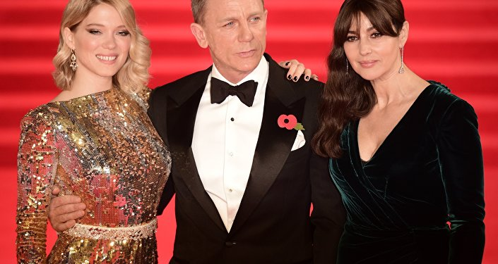 (L-R) French actress Lea Seydoux, British actor Daniel Craig and Italian actress Monica Bellucci pose on arrival for the world premiere of the new James Bond film 'Spectre' at the Royal Albert Hall in London on October 26, 2015.