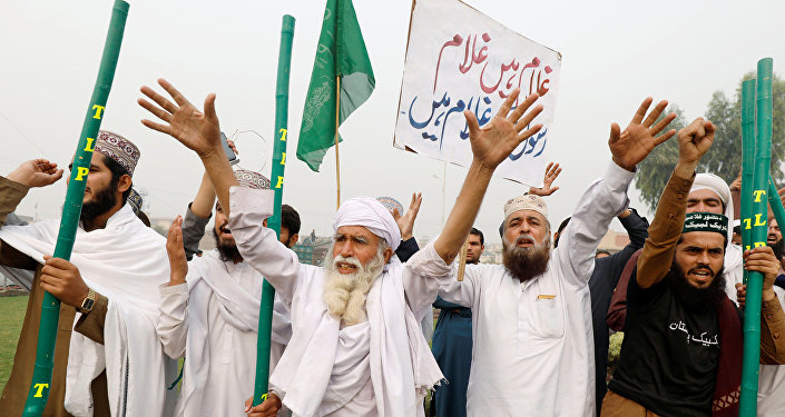 Supporters of the Tehrik-e-Labaik Pakistan, Islamist political party chant slogans, during a protest in Peshawar