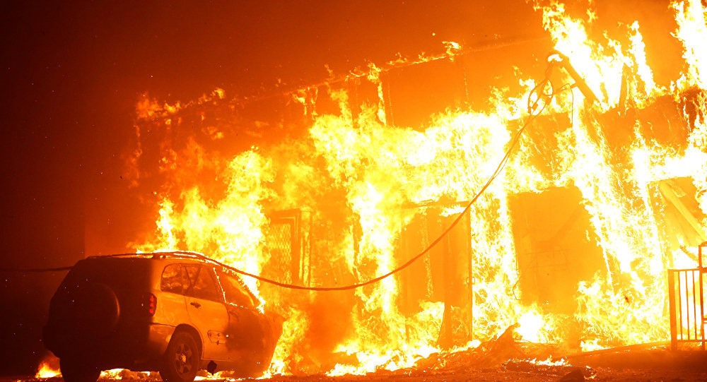 Kourtney and Kim Kardashian Evacuate Homes as Wildfire Spreads