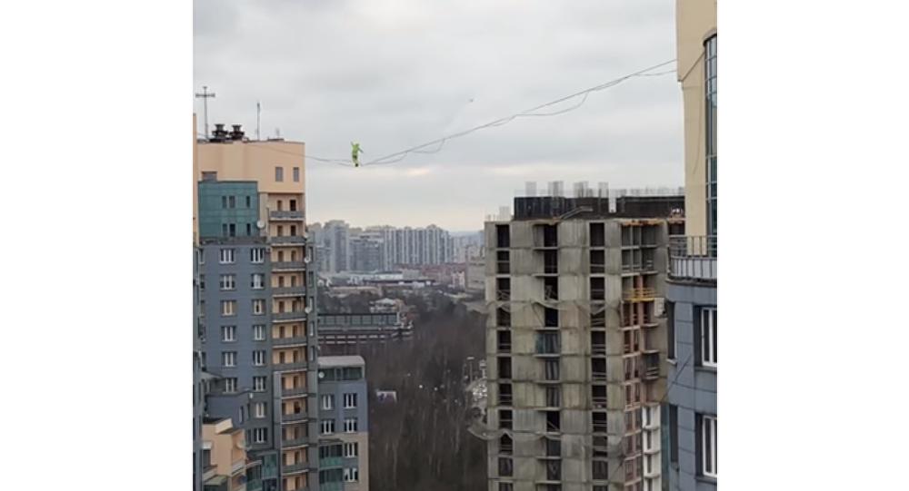 Daredevil Crosses Tightrope Between Buildings at Shocking Height (VIDEO)