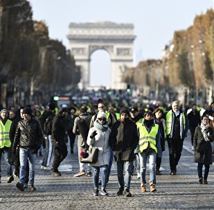 People block the traffic of Paris' landmark Avenue des Champs Elysees and place Charles de Gaulle-Etoile on November 17, 2018 in Paris,