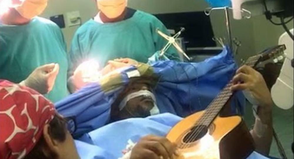 Jazz guitarist Musa Manzini plays through brain surgery
