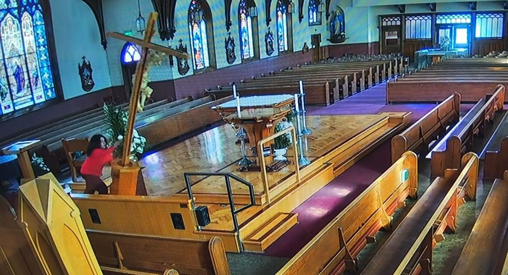 Woman Overturns 4,5 Metre Crucifix on Altar in Californian Church