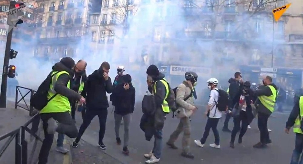 Police Reportedly Begin Using Tear Gas on Yellow Vests Protesters
