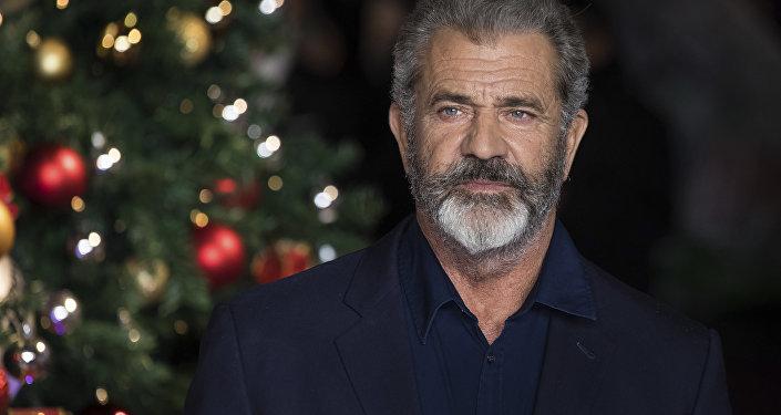 O ator Mel Gibson posa para os fotógrafos ao chegar na estréia do filme 'Daddys Home 2', em Londres, quinta-feira, 16 de novembro de 2017.
