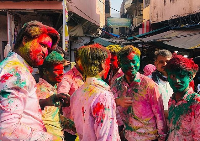 India Wakes up to Riot of Hues with Holi Celebrations Just before Elections