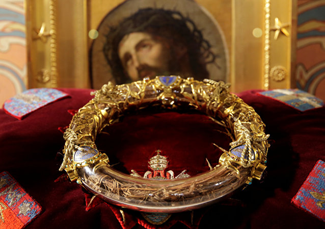 The Holy Crown of Thorns is displayed during a ceremony at Notre Dame Cathedral in Paris (File)
