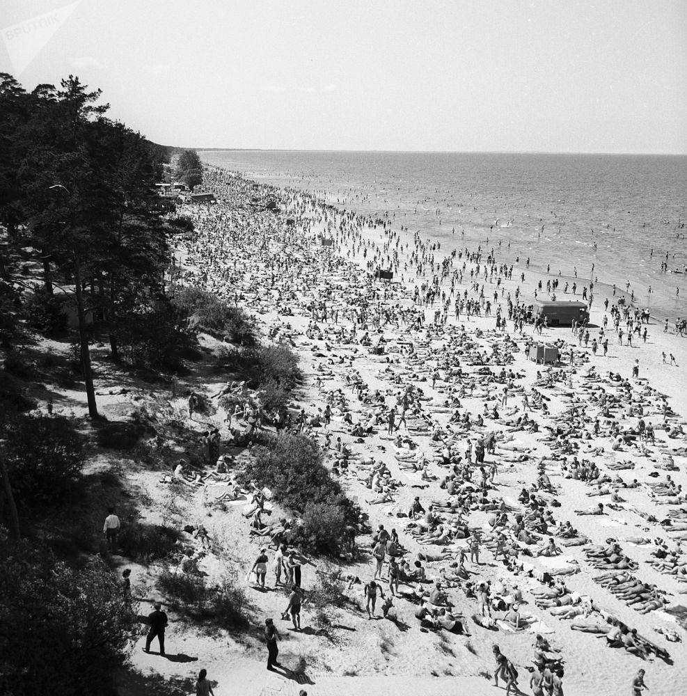 Beaches, Sunshine & Swimsuit-Clad Girls: What Soviet-Era Vacation Looked Like