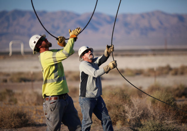 Linemen repair lines that were broken during a powerful earthquake that struck Southern California, near the epicenter, northeast the city of Ridgecrest, California, U.S., July 4, 2019. REUTERS/David McNew