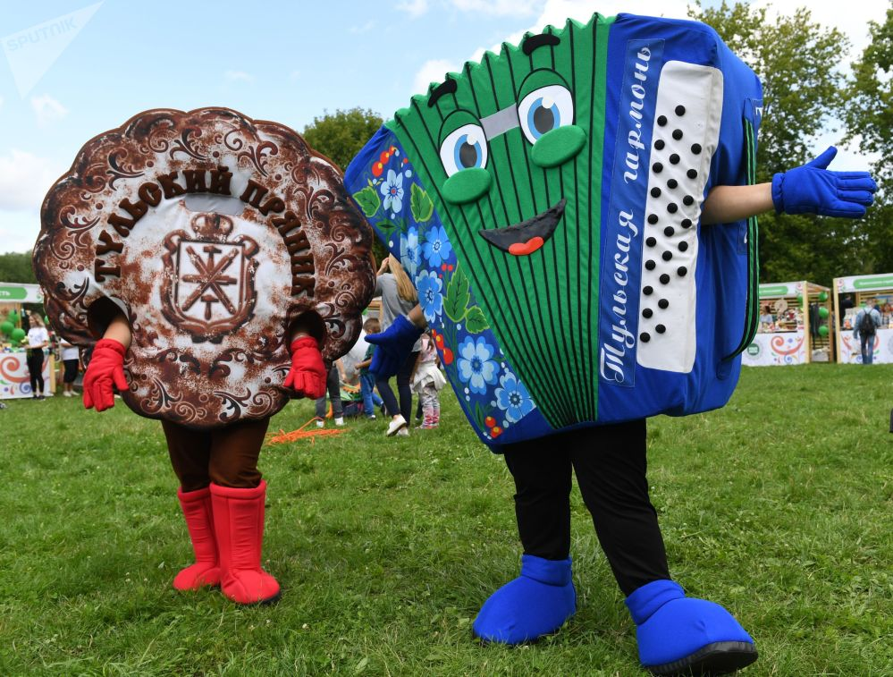 Participants of the festival wearing costumes of a Tula gingerbread and a Tula accordion.