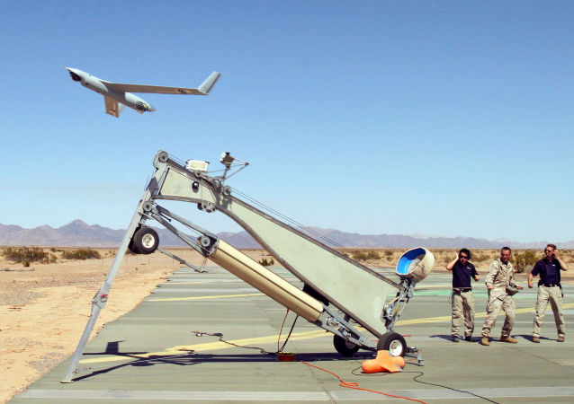US Marine Corps Sergeant Michael Kropiewnicki (C), a Combat Videographer with 2nd Marine Aircraft Wing (MAW) Combat Camera, launching a Boeing Scan Eagle Unmanned Aerial Vehicle (UAV)(File)