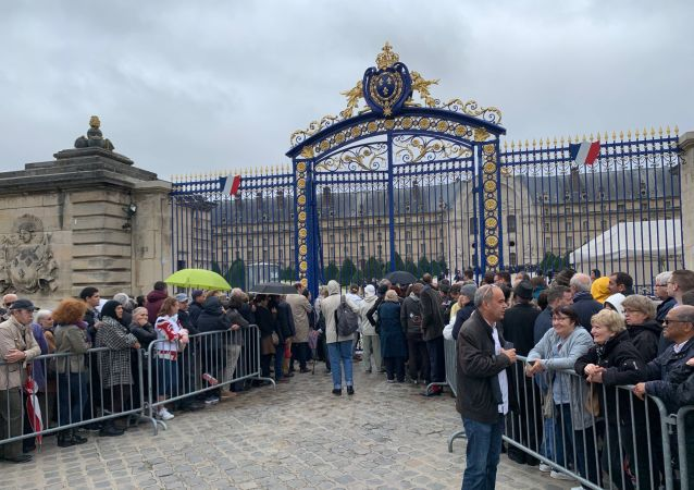 People outside the gate at Chirac's funeral