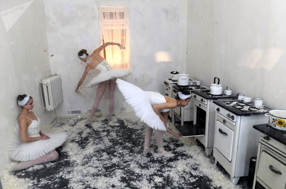 The kitchen in the communal apartment of the Bolshoi Theater, in which Maya Plisetskaya lived in the post-war years, is presented at the exhibition-installation I, Maya Plisetskaya in the gallery on Solyanka Street in Moscow. This is one of the six rooms of the total installation associated with one of the periods of life or aspects of the personality of Maya Plisetskaya.