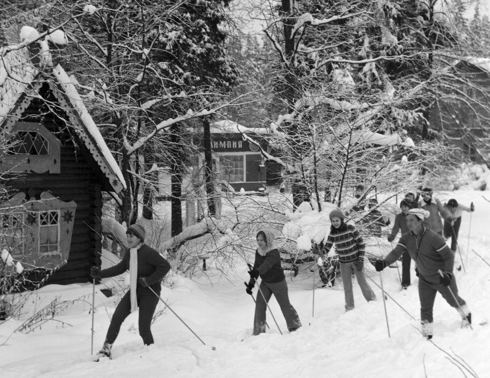 Children skiing in a resort camp in 1979