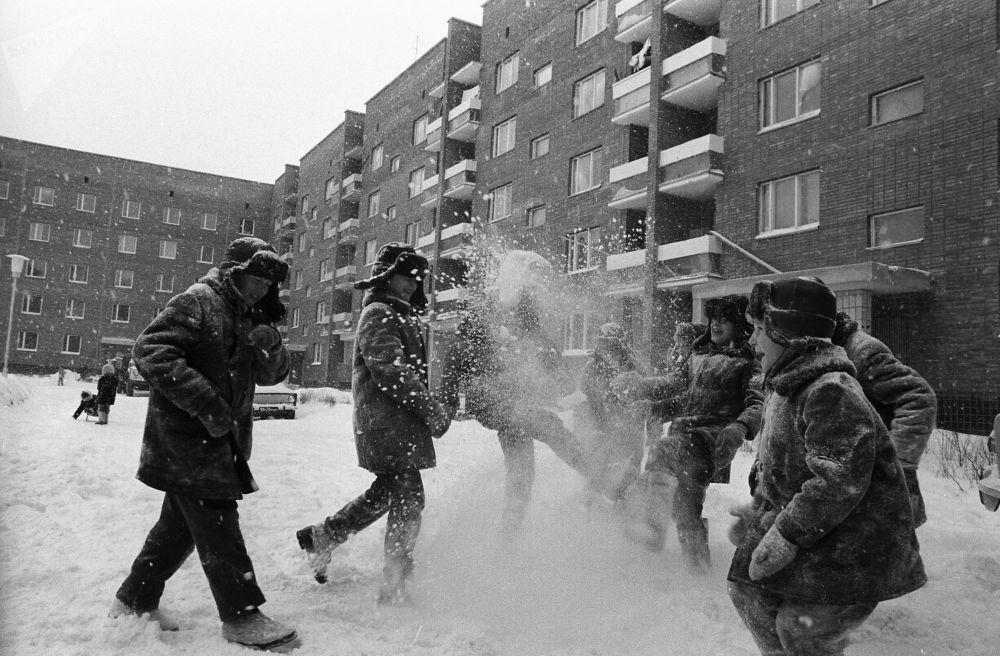Children play in the snow in Tolyatti in 1973