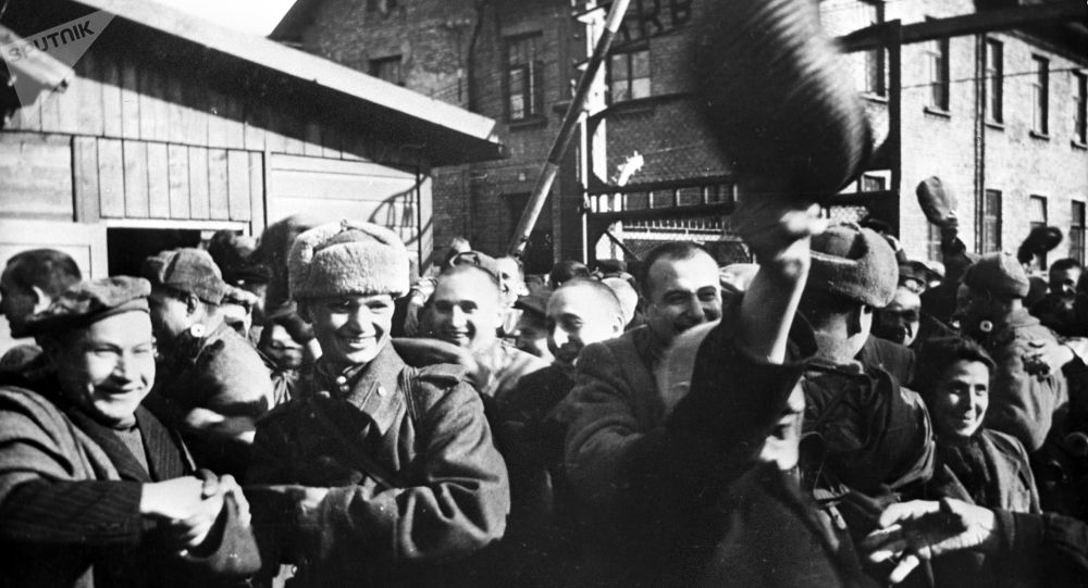 Prisoners of Auschwitz are meeting their liberators from the Soviet Red Army.