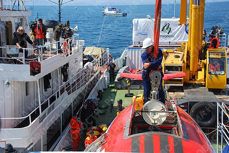 Russian mini-subs dive to the bottom of Lake Baikal
