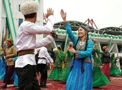 Раз в год, в последнее воскресенье апреля вся страна отмечает День туркменского скакуна. Основные торжества проходят на ипподроме в столице Ашхабаде.