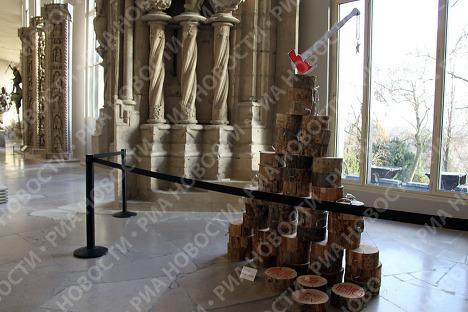 Всемирно известные дизайнеры создали новогодние елки, которые ушли с молотка в Париже