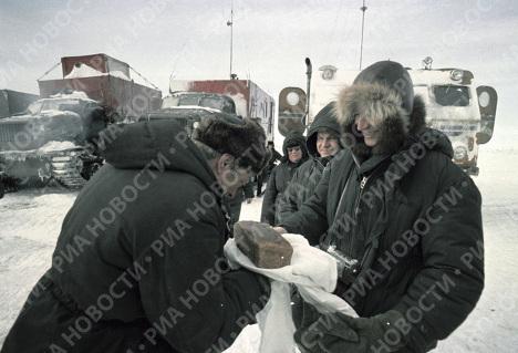 Полярников со станции Восток встречают традиционным русским хлебом-солью