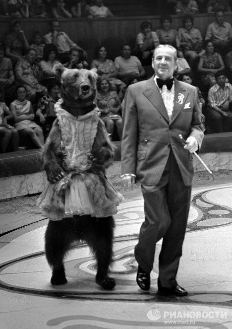 Дрессировщик Валентин Филатов со своим медведем
