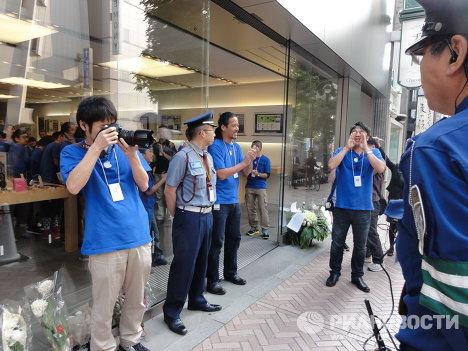 За несколько минут до открытия магазина Apple в Токио: поздравления покупателям в связи с началом продаж iPhone 4S