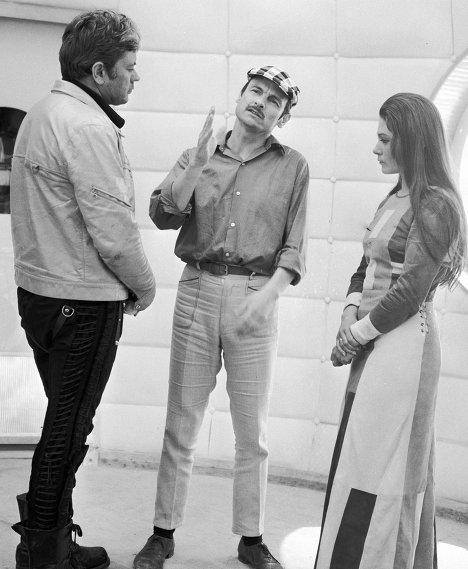 Режиссер Андрей Тарковский репетирует с Донатасом Банионисом и Натальей Бондарчук сцену из кинофильма Солярис.