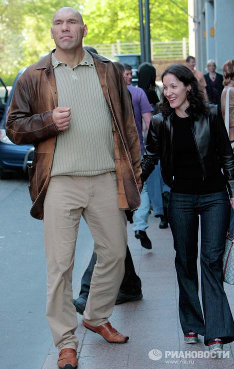 Николай Валуев и его супруга Галина гуляют по городу Хельсинки