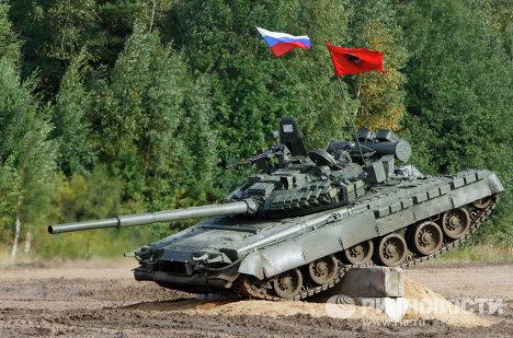 Танк Т-72 во время показательных выступлений на танковом шоу