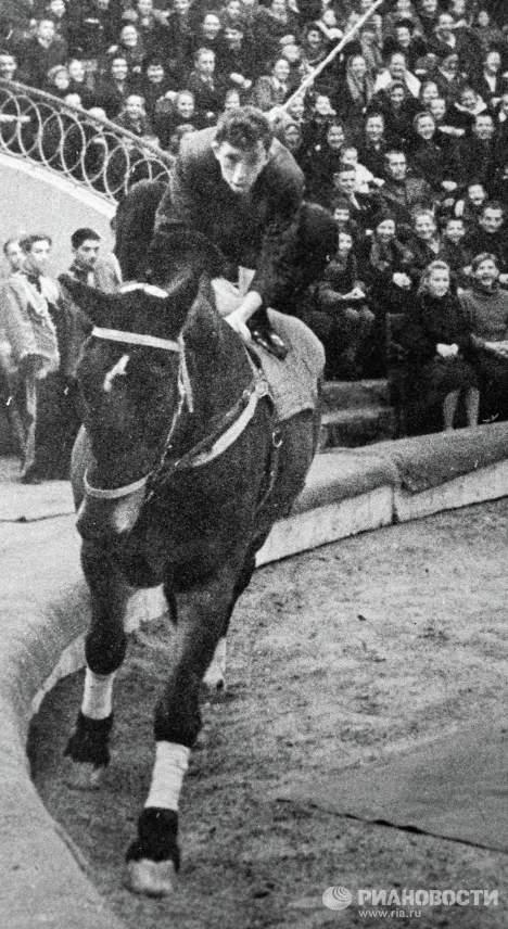Юрий Никулин на лошади