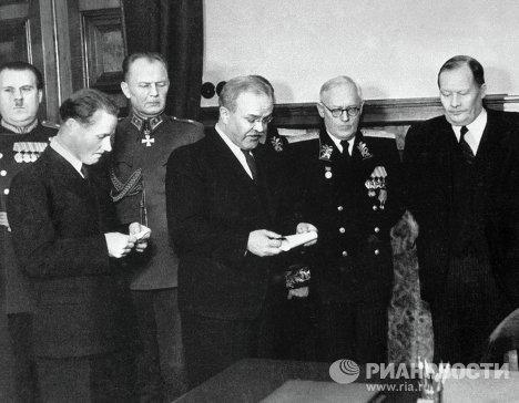 Министр иностранных дел СССР Молотов во время подписания Договора о дружбе между СССР и Финляндией