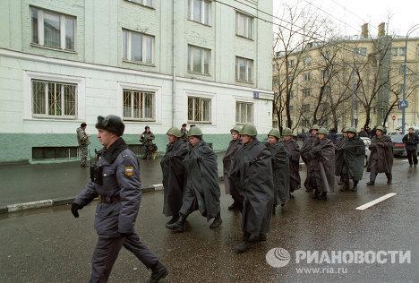 Сотрудники правоохранительных органов на Дубровке около Театрального центра