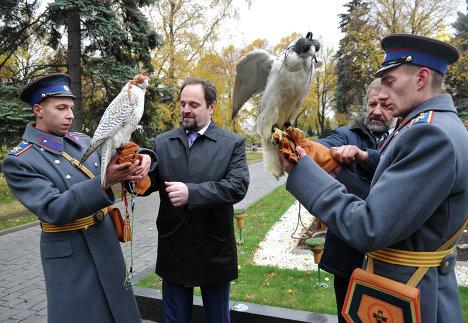 Передача кречетов на службу к коменданту Московского Кремля