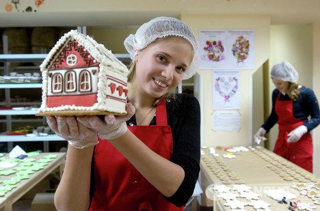 Сотрудница ООО Пряничная мастерская демонстрирует готовую продукцию