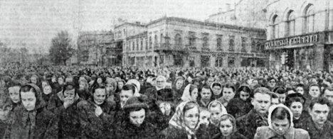 Жители Риги собрались на траурный митинг в момент похорон Иосифа Сталина