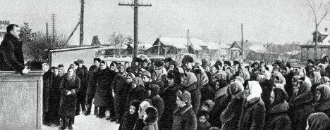 Колхозники собрались на траурный митинг в момент похорон Иосифа Сталина