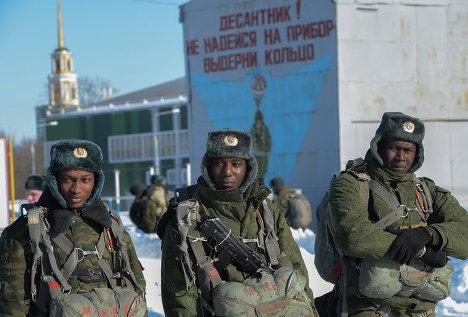 Иностранные курсанты, проходящие обучение в училище воздушно-десантных войск в Рязани