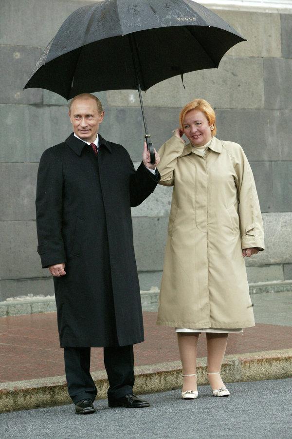 В.Путин, Л.Путина под зонтом